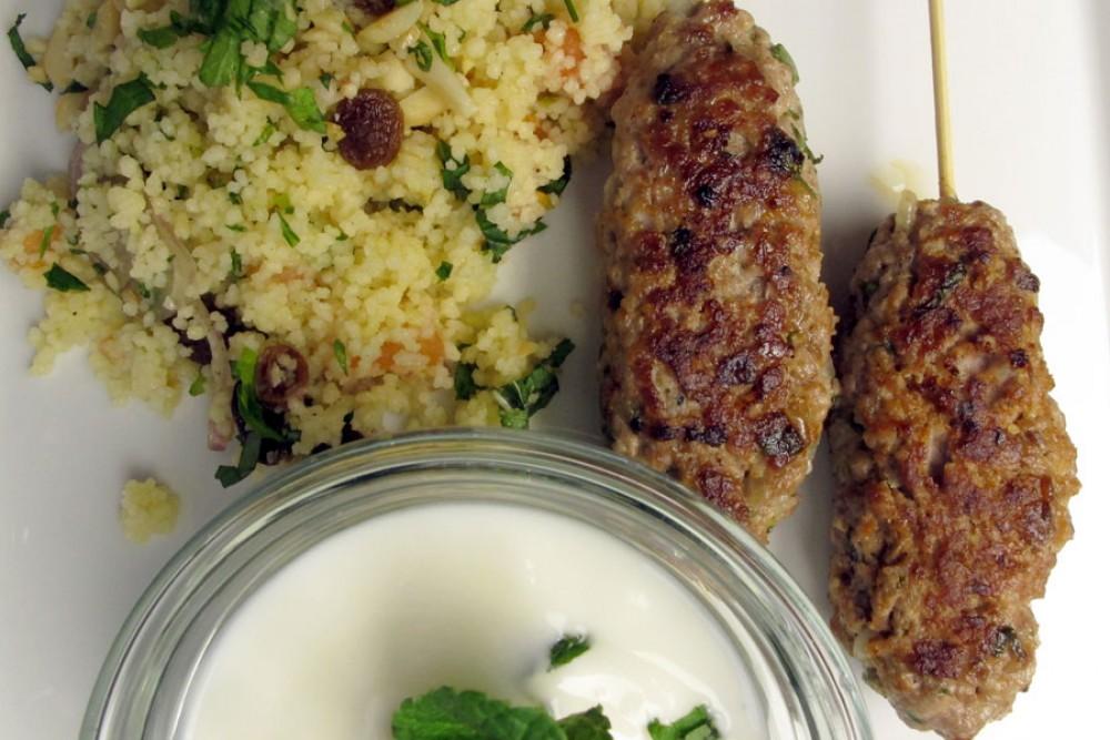 Casablanca-Menü Hauptspeise: Lamm Kebab mit Couscous Salat