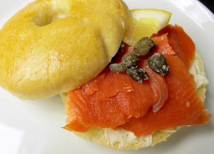Frühstück-bei Tiffany-Brunch: Bagels mit Frischkäse und Räucherlachs