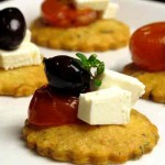Fr die Party: Parmesan-Canaps mit Kirschtomaten, Feta und Oliven