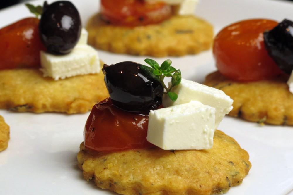 Für die Party: Parmesan-Canapés mit Kirschtomaten, Feta und Oliven