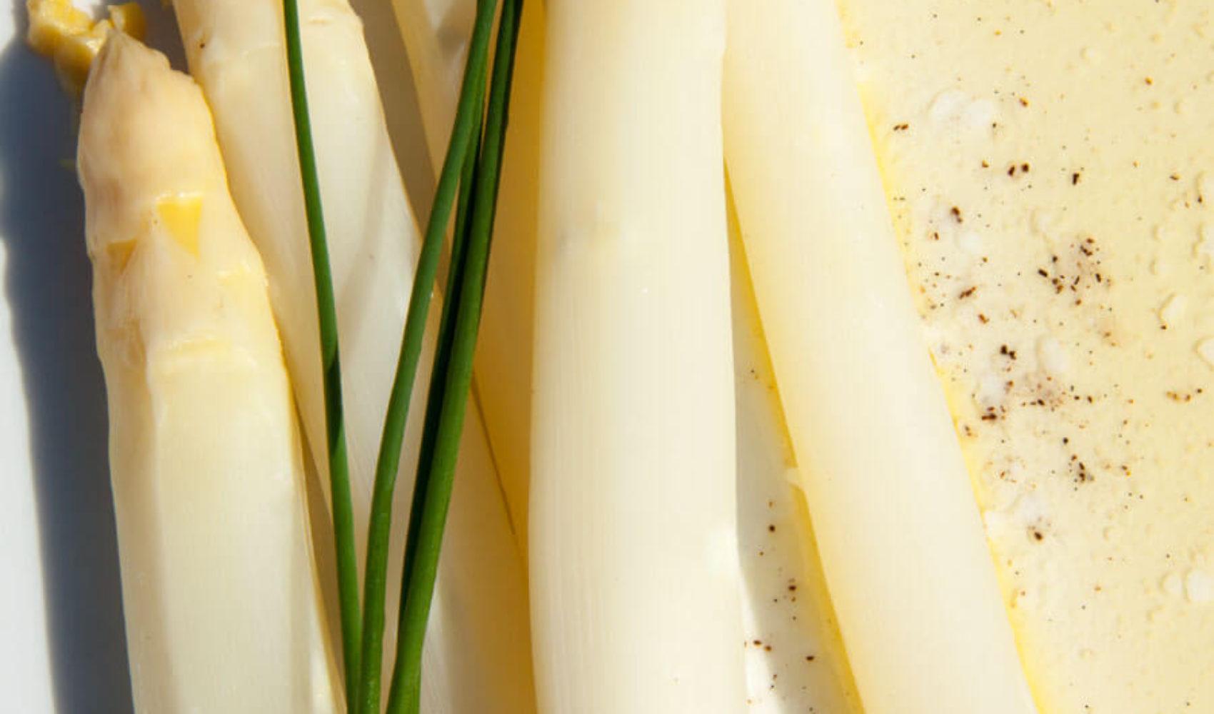 Der deutsche Klassiker: weißer Spargel mit Butter und Beilagen