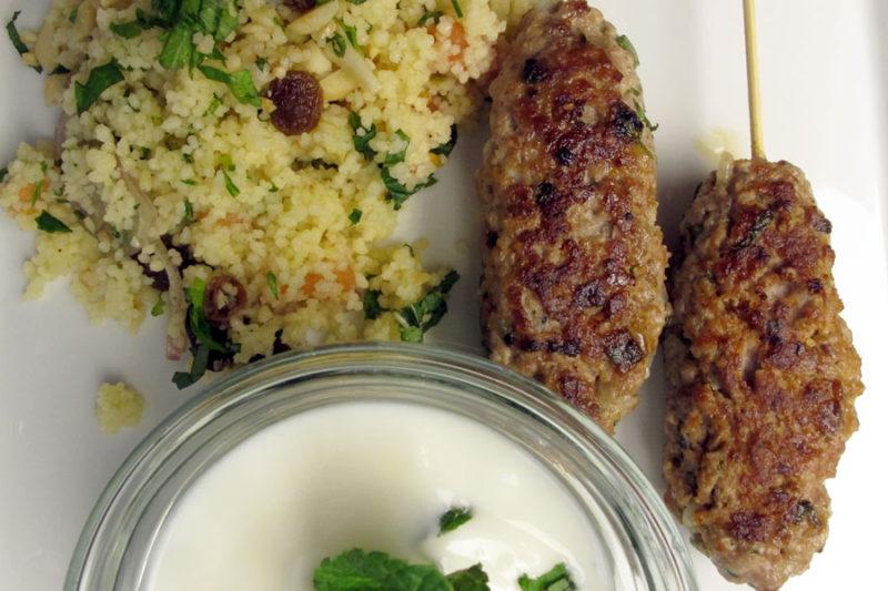 Casablanca-Menü Hauptspeise: Lamm-Kebab mit Couscous Salat