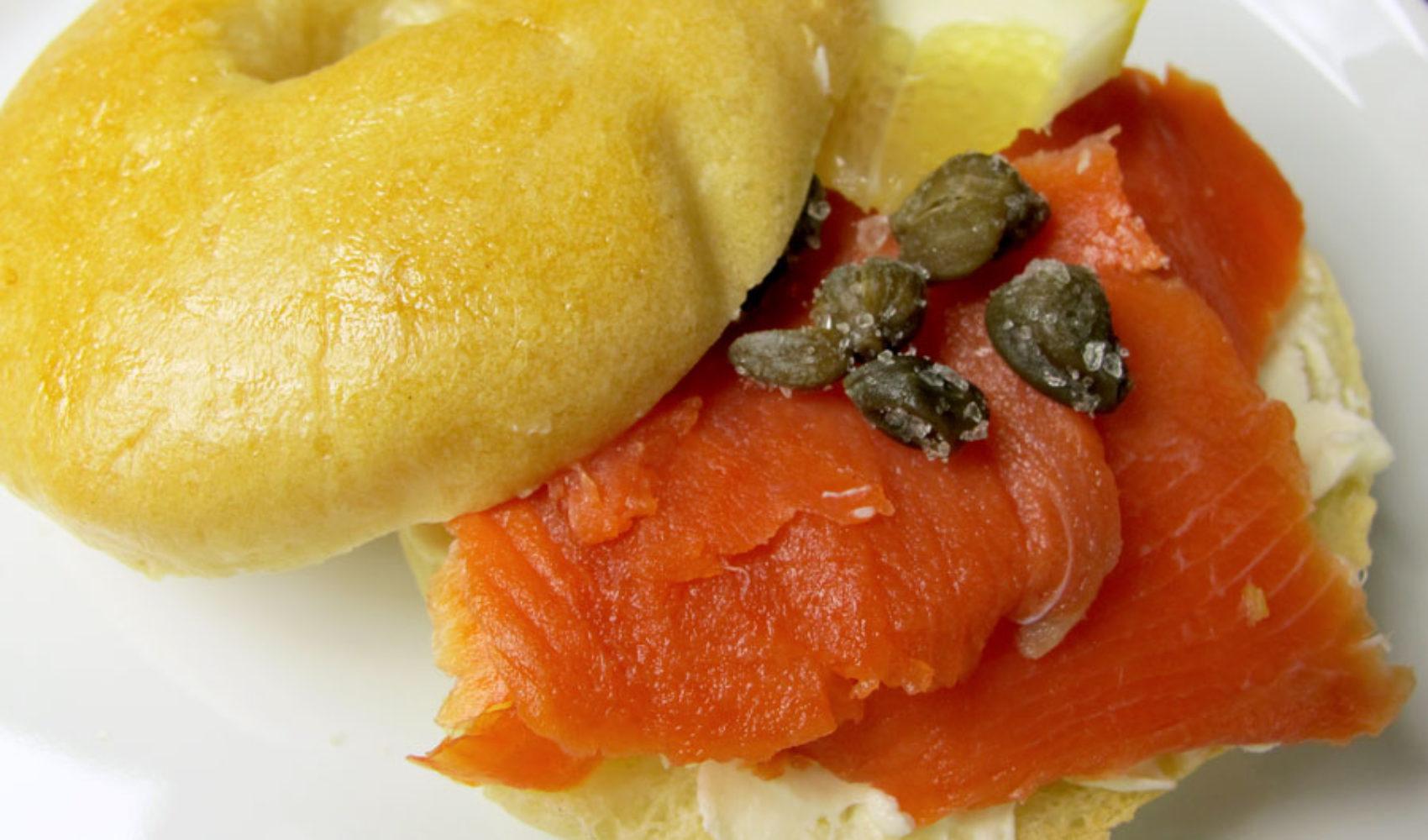 Frühstück-bei Tiffany-Brunch: Bagel mit Frischkäse und Räucherlachs