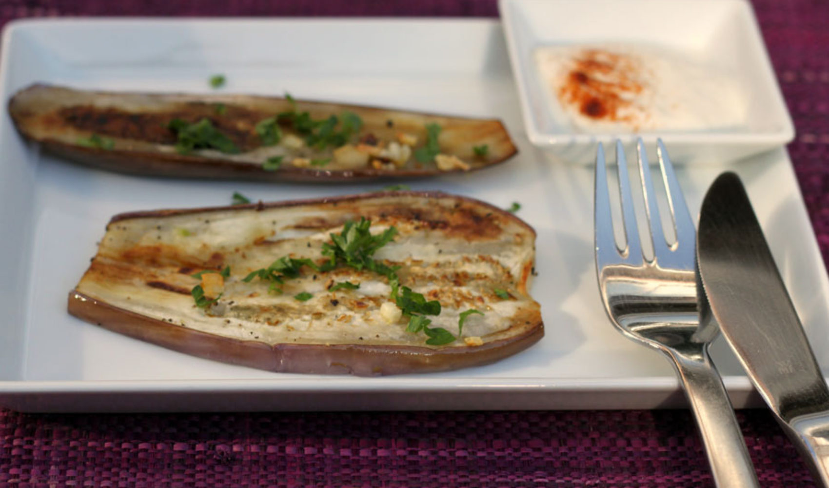 Die Farbe lila schmeckt: Auberginen mit Joghurt-Tahini-Soße