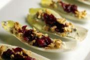 Festliche Vorspeise: Chicorée-Blätter mit Stilton, Cranberry und Walnüssen