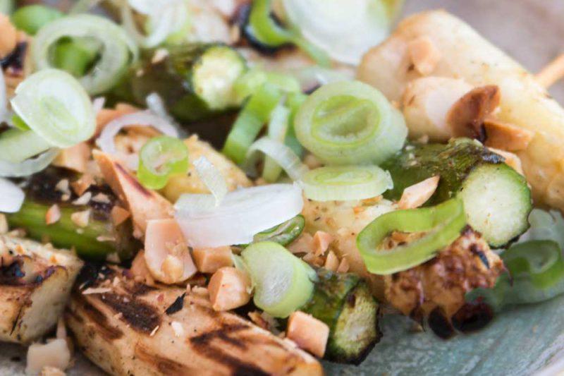 Spargel-Saté mit Erdnüssen und Sambal Manis