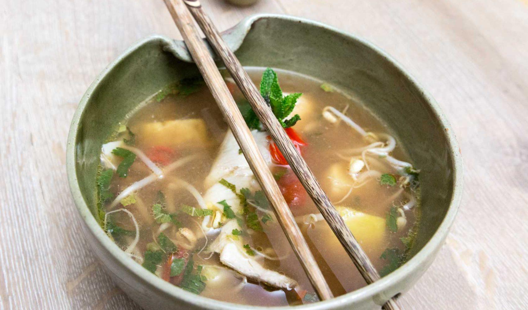 Saure Fischsuppe mit Ananas und Bambussprossen - Rezepte aus Kambodscha