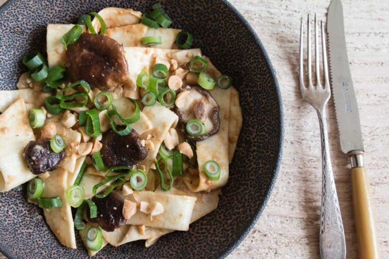 Selleriesalat mit Shitake und Erdnüssen