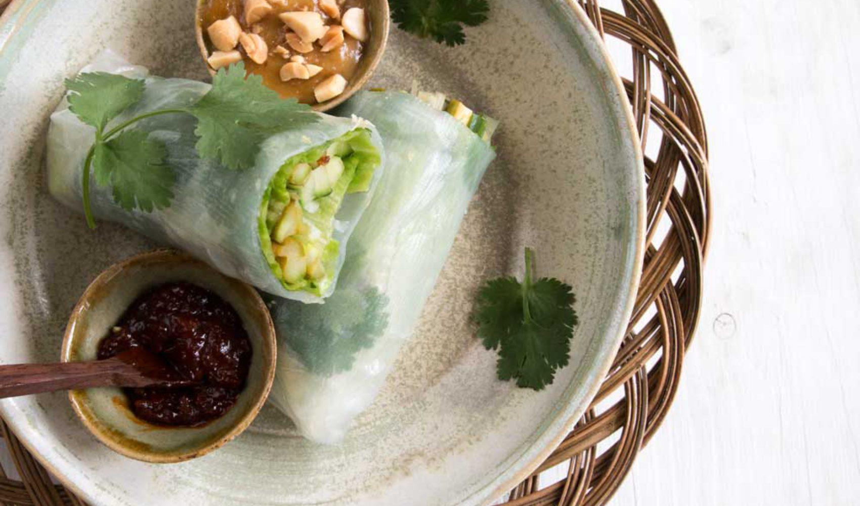 Grüner Spargel mit Sambal in Reispapierrollen