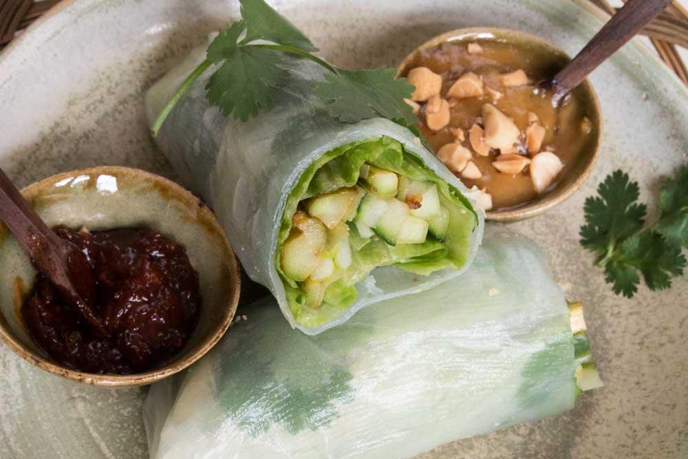 asiatische Fusionsküche grüner Spargel in Reispapier