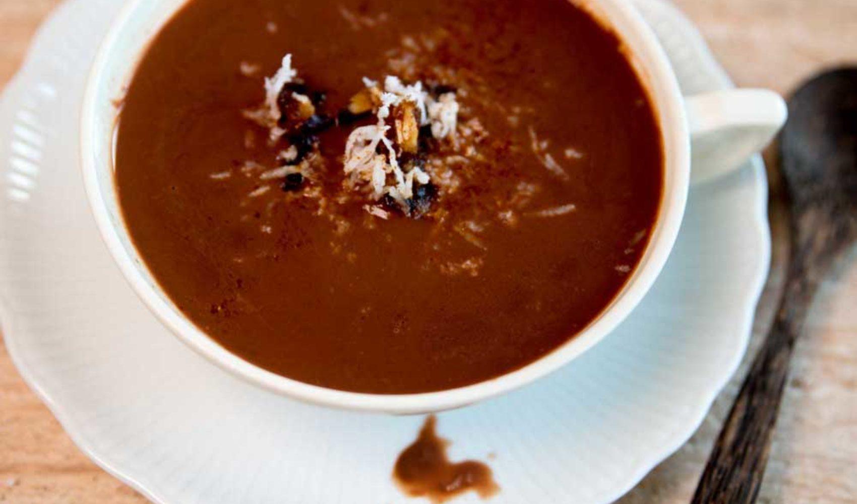 Heißer Kakao für kalte Tage. Mit Dattelsüße und Mandelmilch!